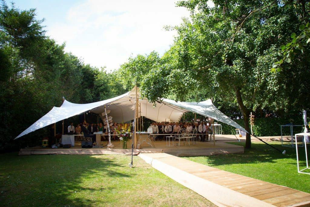 huwelijksceremonie onder een open tent